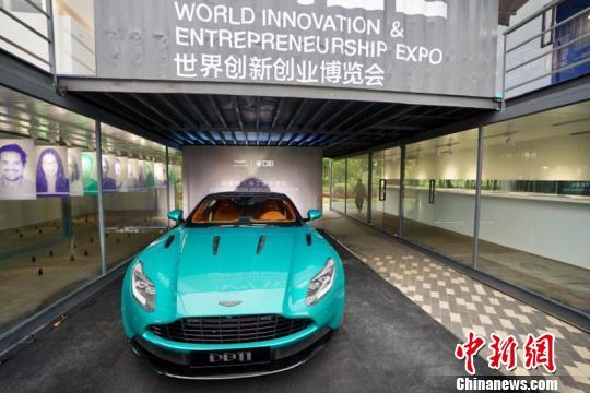 """三大特色板块之一的""""未来交通""""展区汇聚了一批国内外知名品牌展示的最新车型和交通出行方式。 周游 摄"""