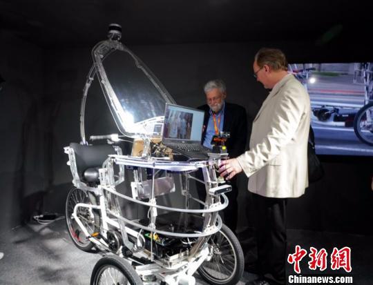 美国麻省理工学院主题馆内首次在国内亮相的一款PEV无人智慧车。 周游 摄