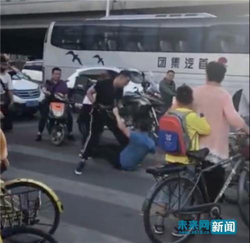 """北京双井""""摩托男""""打自己在家做烤鱼怎么做人后驶离 朝阳警方:帮伤者联系医院治疗 呼吁群众提供线索"""