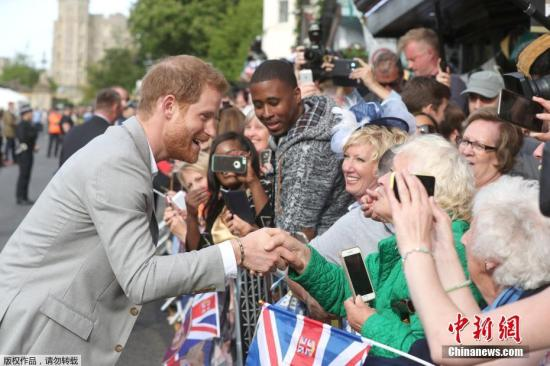 当地时间5月19日,婚礼之前,哈里王子来到温莎城堡外,同民众见面。当天晚些时候,哈里王子的婚礼就将举行。