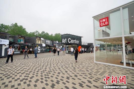 一个两层集装箱的全透明展馆在同济大学嘉定校区内出现。 周游 摄