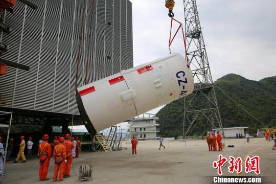 探月工程嫦娥四号任务鹊桥号中继星发射前在西昌卫星发射中心进行火箭吊装。 刘旭. 摄