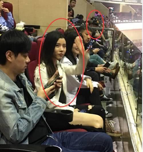 王菲又去KTV唱歌 身边陈赫看她的眼神亮了