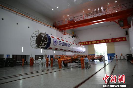 探月工程嫦娥四号任务鹊桥号中继星发射前在西昌卫星发射中心进行火箭转运。 刘旭. 摄