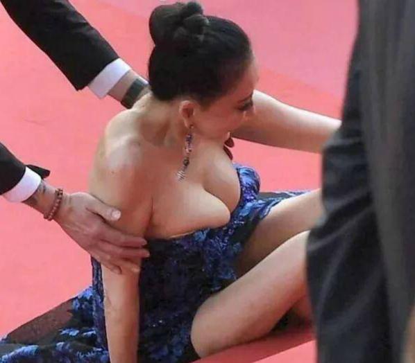 戛纳红毯摔倒的毯星红了?有粉丝接机还被媒体包围