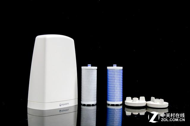 阿克萨纳AquasanaAQ-4000厨上型净水器可更换滤芯 厨上型产品,由于简洁设计和轻巧体积,用户基本都可以完成安装,而在后期滤芯更换时当然也能够独立完成,这些阿克萨纳Aquasana都已为我们考虑周到,快捷更换滤芯设计,让您维护无忧。且产品安装无需打孔,不会破坏厨房装修环境,搬运起来当然更便捷,特别是为租房的朋友带来了极大便利。 经过NSF认证,阿克萨纳AQ-4000净水器可去除66种污染物,其中包括铅、市面、悬浮粒子、氯及氯胺、水银、活性包囊和鞭毛虫等有害物质,挥发性有机物含量整体下降99%以上