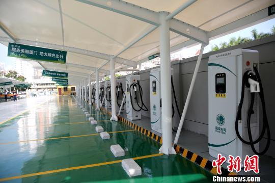 25日,厦门滨湖充电站正式投运。该充电站是福建目前最大的充电站,配备40个60千瓦的直流快充桩,二期还将增加10个直流快充桩。 许烨炜 摄