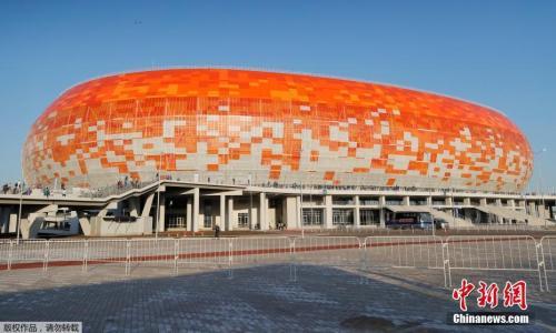 莫尔多维亚竞技场位于俄罗斯萨兰斯克市中心的步行范围内。这是一座漂亮的椭圆形球场,采用橙色、红色和白色的瓷砖作为建筑材料,反映了莫尔多维亚的艺术和手工艺品特点,有很强的设计感。