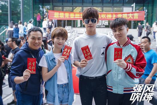 邢昭林李凯馨首次搭档《强风吹拂》重庆开机