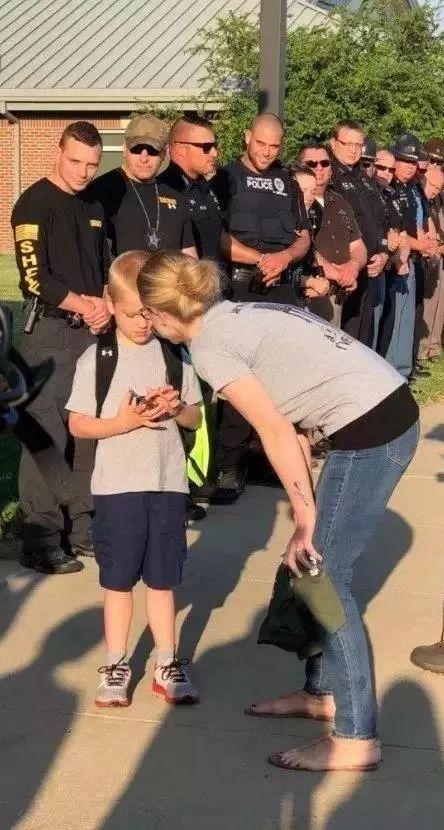 美国警察殉职后 :5岁孩子开学的第一天