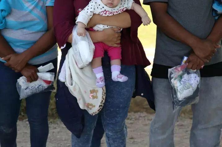 幸运飞艇的简单玩法:川普移民政策争议之际_伊万卡一张照片引发众怒