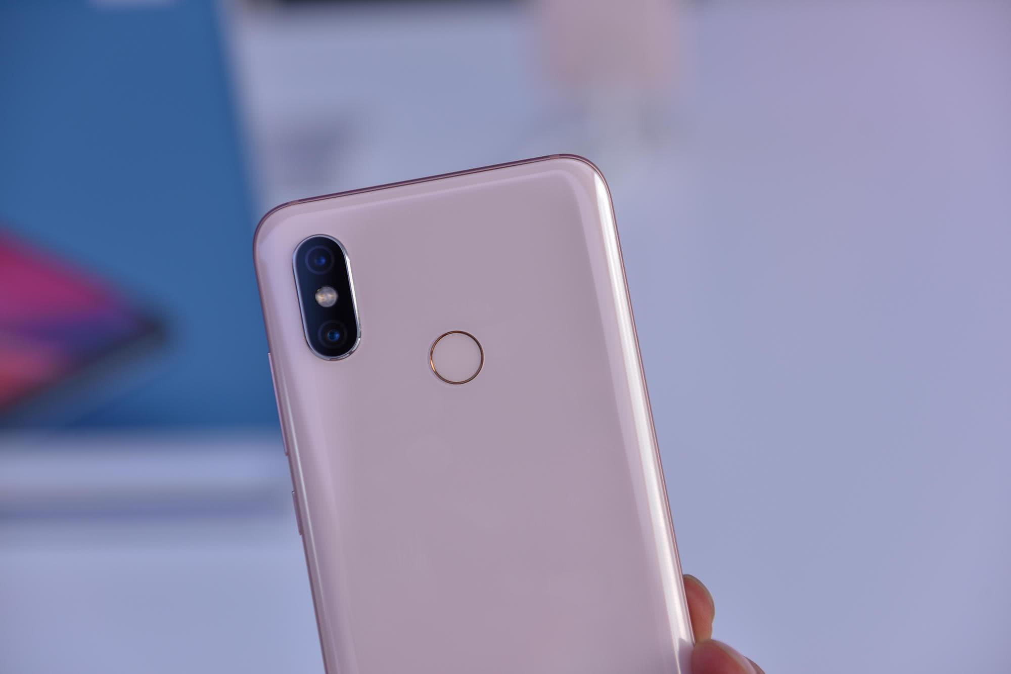 小米8图赏体验:撞脸iPhone X 透明外壳美翻了