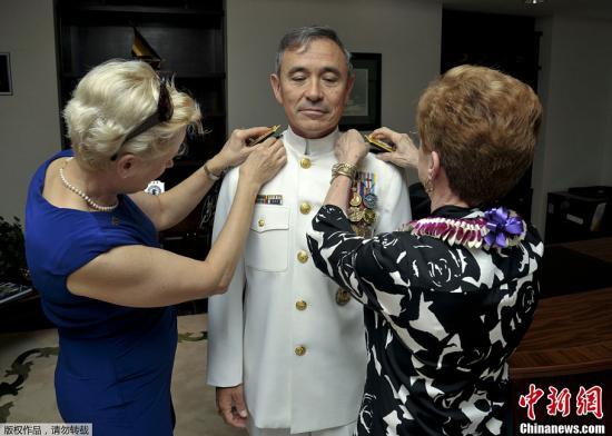 当地时间2013年10月16日,美国夏威夷,美军太平洋舰队在珍珠港海军基地举行交接仪式,由日裔哈里斯海军中将接任太平洋舰队司令,同时他被晋升为上将。