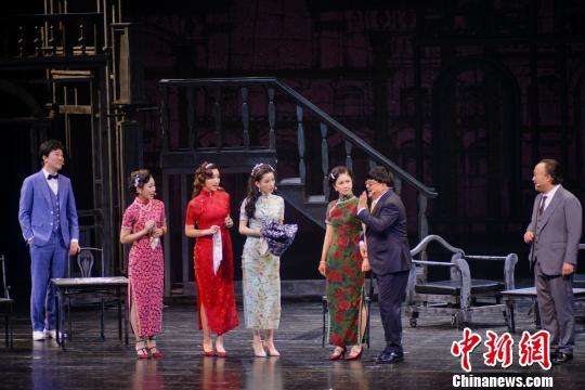 图为话剧版《潜伏》剧照。 重庆大剧院供图 摄
