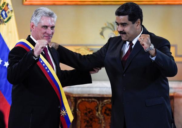 """委内瑞拉总统马杜罗授予古巴领导人卡内尔""""解放者""""勋章"""