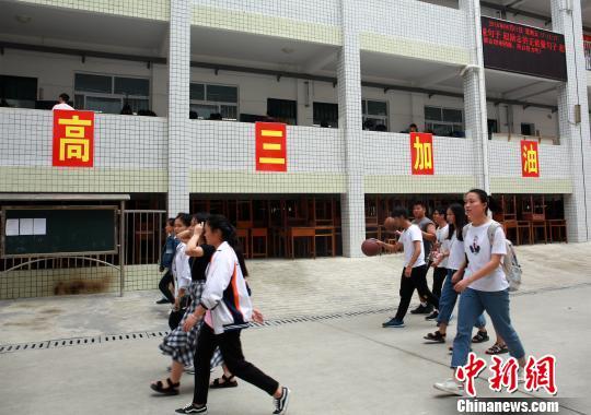 广西一高中悬挂横幅为高考生助威 走廊堆满书本