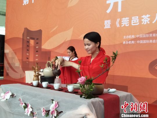 东莞国际茶业博览会1日在广东东莞开幕。图为展览现场汉服美女在进行中国茶道表演 李纯 摄