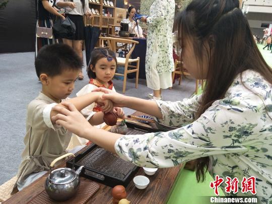 东莞国际茶业博览会1日在广东东莞开幕。图为展览现场萌娃在学习中国茶道 李纯 摄
