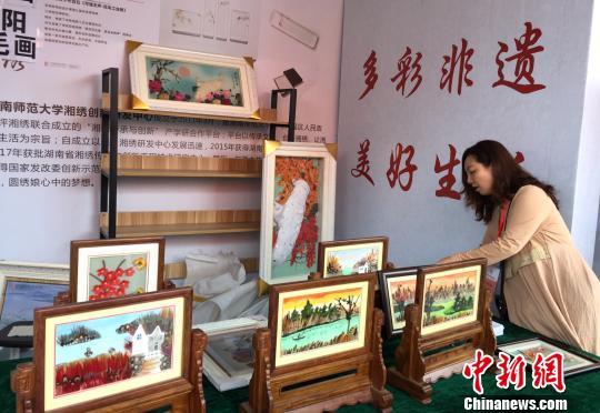 邵阳羽毛画作品在活动现场展示。 向一鹏 摄