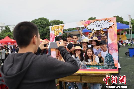 贵州民族大学第二届国际美食节活动现场。 瞿宏伦 摄