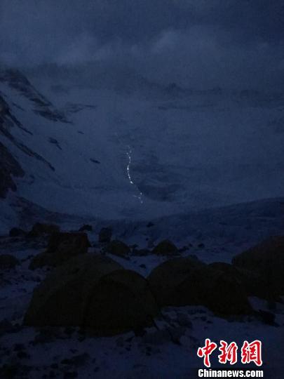 连夜向珠穆朗玛峰发起冲顶的登山队。 于智博供图 摄