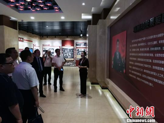5月28日至6月2日,中央统战部第2期社会组织代表人士理论研究班在北京举办。来自全国31个省区市49名社会团体、基金会、社会服务机构的主要负责人参加了学习培训。统战部供图