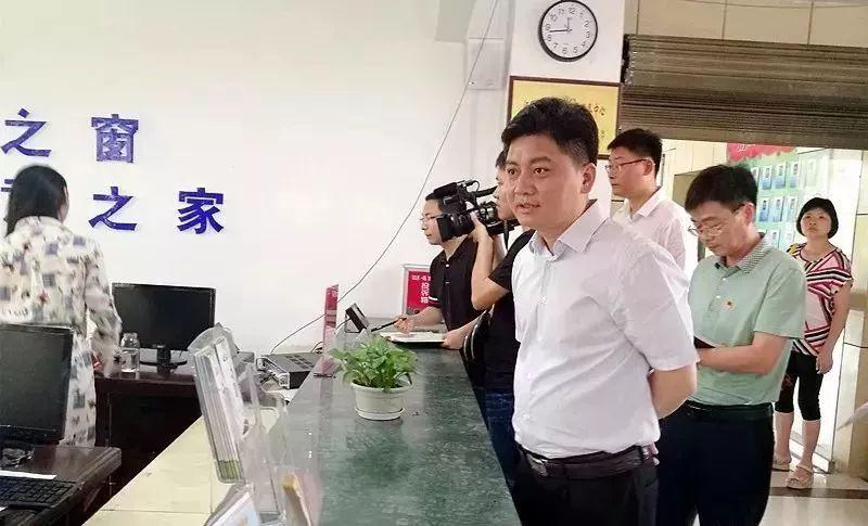 副市长暗访便民中心_工作人员戴耳机听歌当天被辞