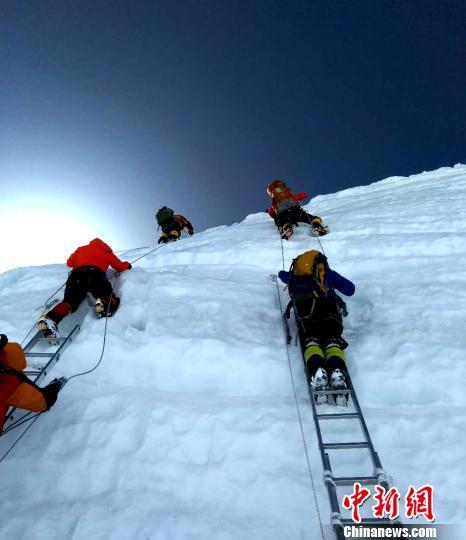 登山队员在恶劣的自然条件下攀登。 于智博 摄