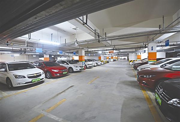 小区停车场涌进500多辆二手车,频现销售员与顾客谈生意