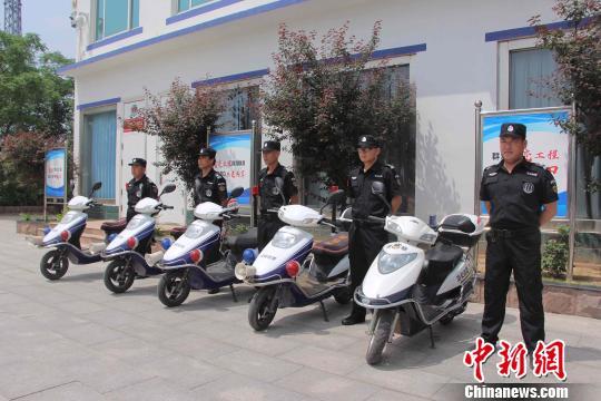 """目前山东在全省农村地区推行""""一村一警务助理""""新型社区警务模式。图为东营市六合派出所的警务助理。 赵晓 摄"""