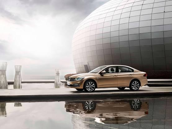充满速度感、力量感的车身线条,勾勒出全新一代宝来动感、大气的造型风格