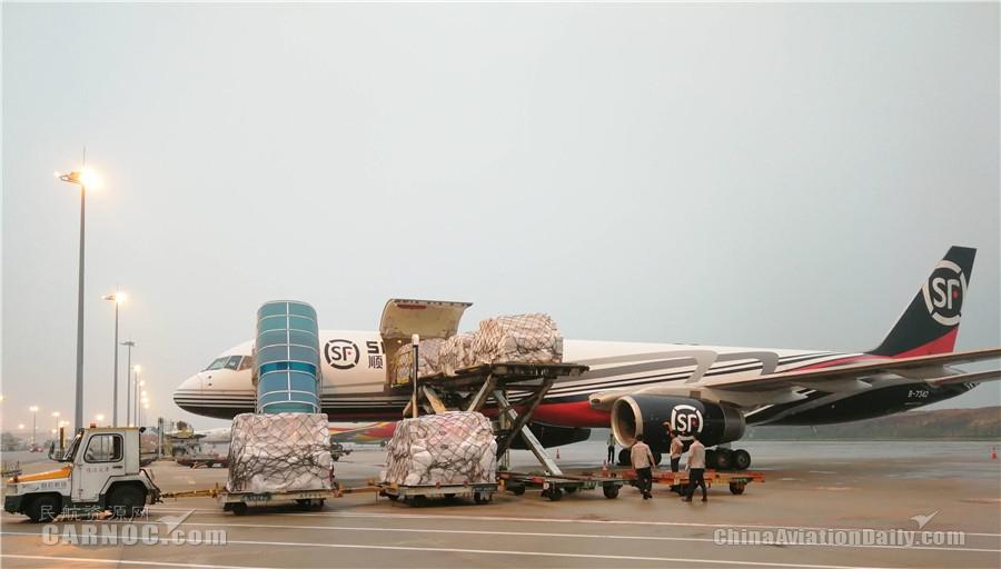 白云机场抢鲜保障25吨樱桃包机抵穗