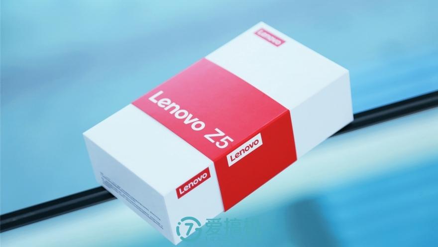 纯白纸盒包装带有红色腰封,正侧面都有红色的联想logo,配件包括说明书