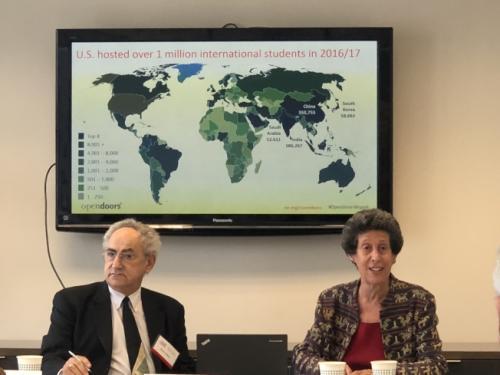 研讨会分析了近年中国留学生的回国趋势。左起:茨威格、布鲁门塔尔。(图片来源:美国《世界日报》记者 陈小宁 摄)
