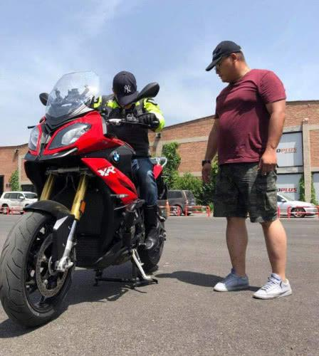 吴京晒摩托赛车训练照 却不小心透露了新电影计划