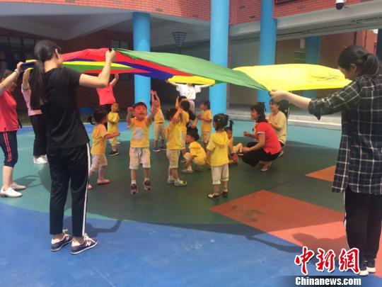 孩子们在幼儿园内快乐玩耍。(吴兰/摄)