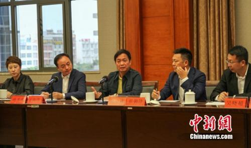 陈卓林主席与保山市人民政府进行扶贫讨论