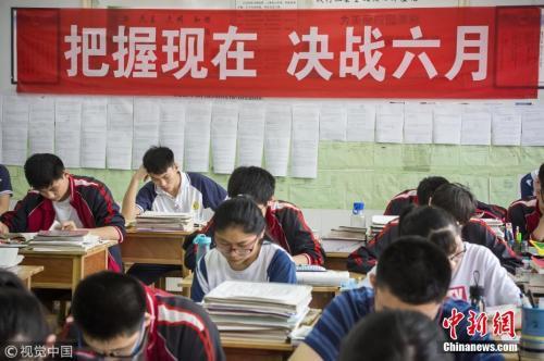 6月2日,山东滨州,2018高考前最后一个周末,在市实验中学高三年级,学生从早晨6点开始进行紧张复习,以平常心迎接高考。傅琨摄图片来源:视觉中国