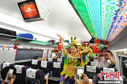 2017年7月9日,宝兰高铁开通,列车员表演敦煌舞蹈。如今,敦煌舞演出已成为旅客来西部乘坐火车的经典节目,让旅客出行体验更美好。(资料图) 杨艳敏 摄