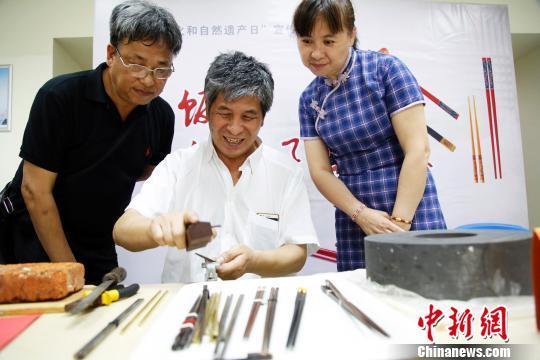 """上海社区举行""""筷子文化展""""吸引市民"""