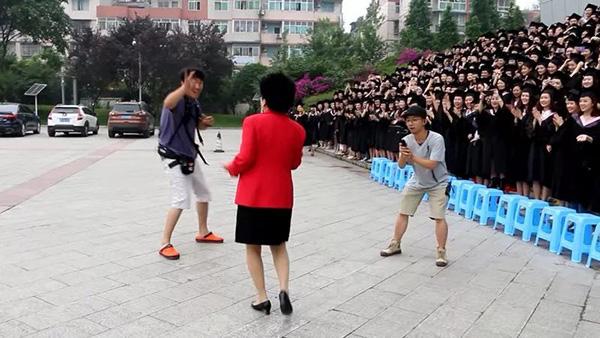 四川传媒学院副校长领千余名学生跳海草舞拍毕业照,现场燃爆