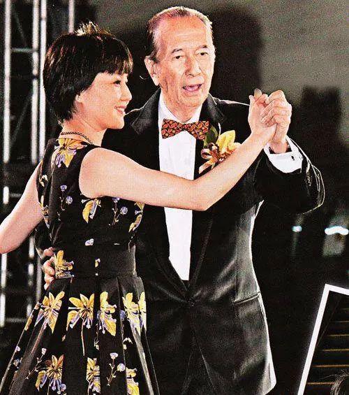 梁安琪曝光家人温馨片段 96岁赌王预演女儿婚礼仪式