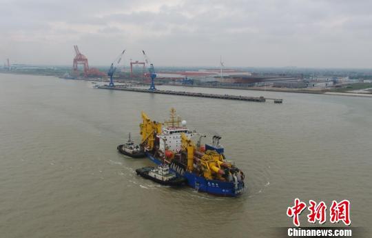 """""""天鲲号""""是中国大陆首艘从设计到建造拥有完全自主知识产权的重型自航绞吸船。 厂方供图 摄"""