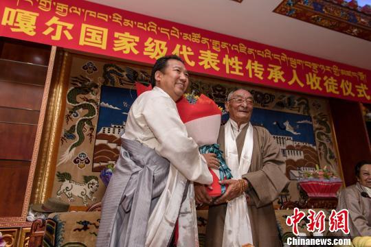 """中国国家级非遗传承人西藏""""收徒弟"""" 保护传承传统艺术"""