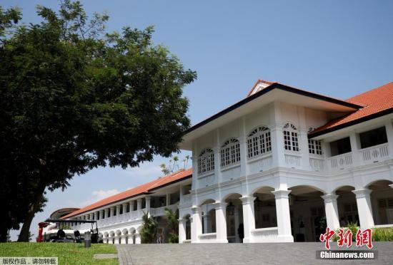 """圣淘沙岛与新加坡陆地之间只有一条全长710米的堤道,也可以坐缆车通行于两头。新加坡国家安全研究员穆罕默德・法依萨・阿卜杜勒・拉赫曼日前表示:""""由于与新加坡大陆分离,嘉佩乐酒店可以充当一堵虚拟的墙,阻断针对美朝首脑会晤的安全威胁。""""文字来源:海外网"""