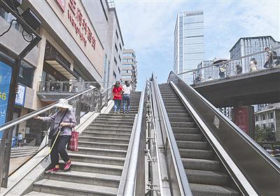 媒体探访成都春熙路:不少电梯停运成摆设,街道办称考虑安全