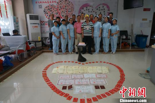 图为志愿者以及献血屋的工作人员陪伴曲郑安过60岁生日。 韩章云摄