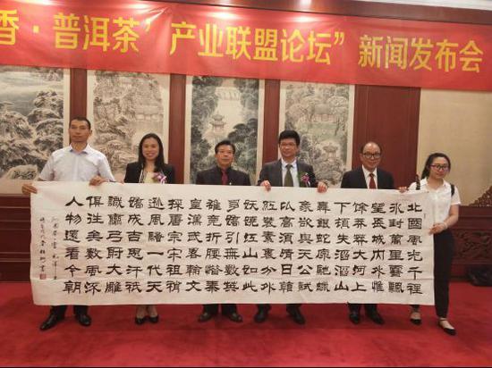 著名书法家胡旺彬先生赠送给普洱市政府《沁园春雪》巨作一幅