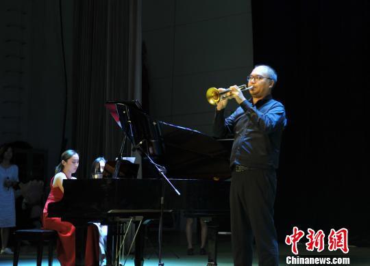 图为小号演奏家陈光演奏《阿鲁秋年小号协奏曲》。 韩冰 摄