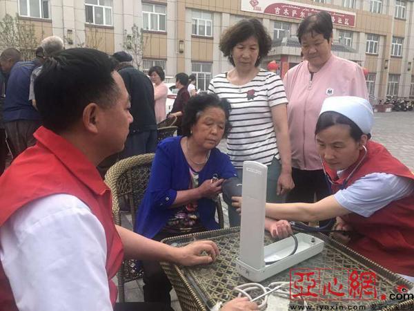"""吉木萨尔县北庭路社区开展""""义诊进社区 健康送居民""""活动"""